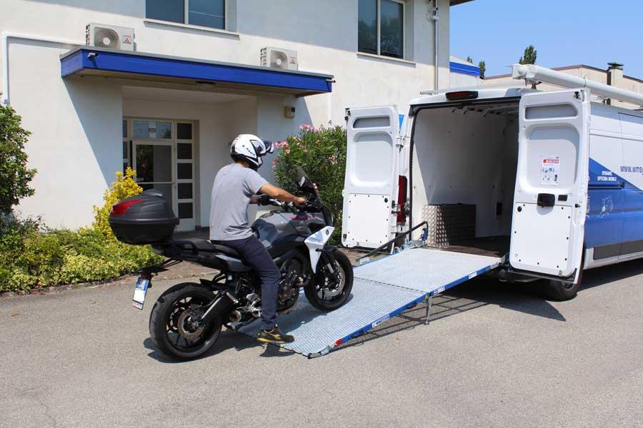 Subir motos a furgonetas